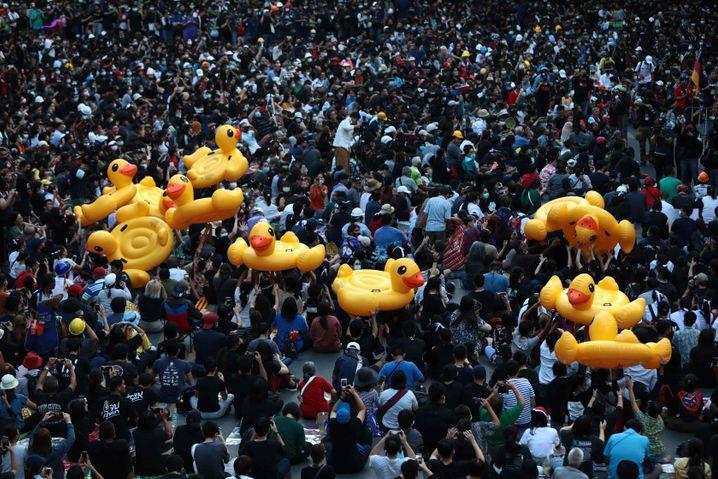Massenproteste mit riesigen Gummienten in Bangkok