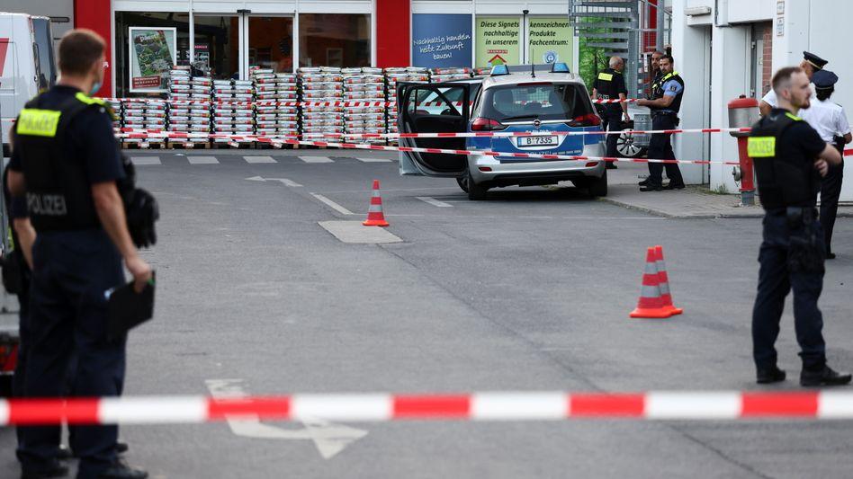 Polizeieinsatz nach den Schüssen vor einem Berliner Baumarkt