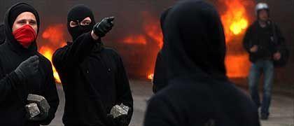 Randalierer mit Steinen: Straßenschlachten und brennende Barrikaden