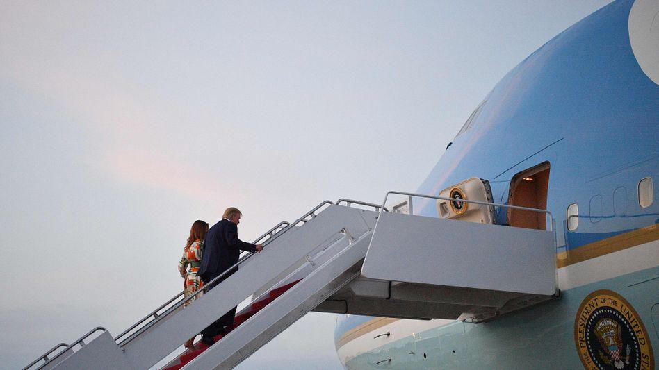 Der US-Präsident und die First Lady Melania gehen an Bord der Air Force One
