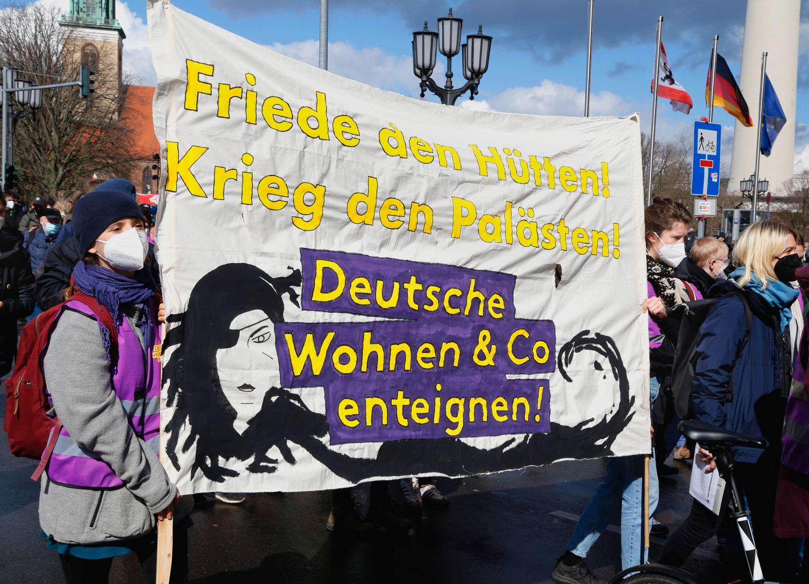 Berlin , 27.03.21 - Housing Action Day Demonstration Wohnungen für Alle - gegen den Mietenwahnsinn die Demo führte vom