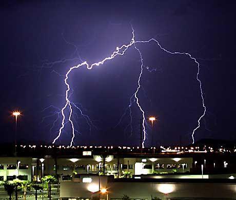 Blitzschlag: Elektromagnetische Energie gefährdet Infrastruktur