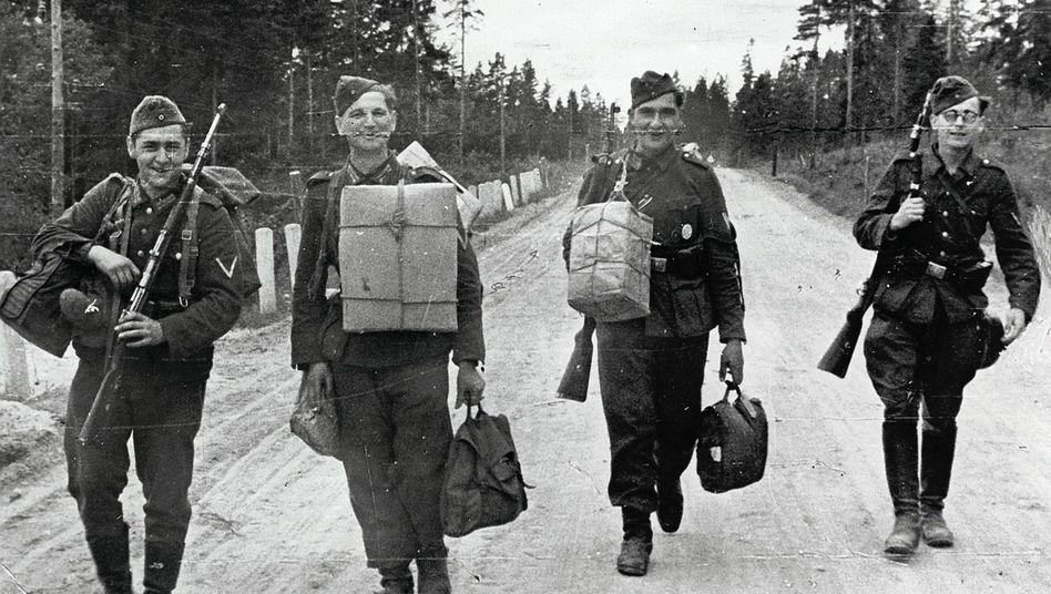 """Deutsche Fronturlauber (NS-Propagandaaufnahme von 1943): """"Einkaufen ist meine liebste Beschäftigung"""""""