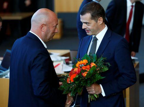 Mike Mohring als der dem Ex-Ministerpräsidenten Thomas Kemmerich zu seiner Wahl gratuliert.
