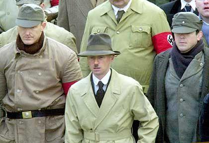 Schauspieler Carlyle (M.) als Hitler: Mr. Spock mit Glasgower Akzent