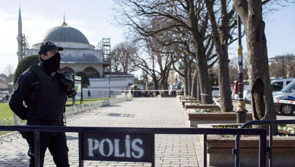 Polizist vor Anschlagsort in Istanbul: Erste Festnahmen