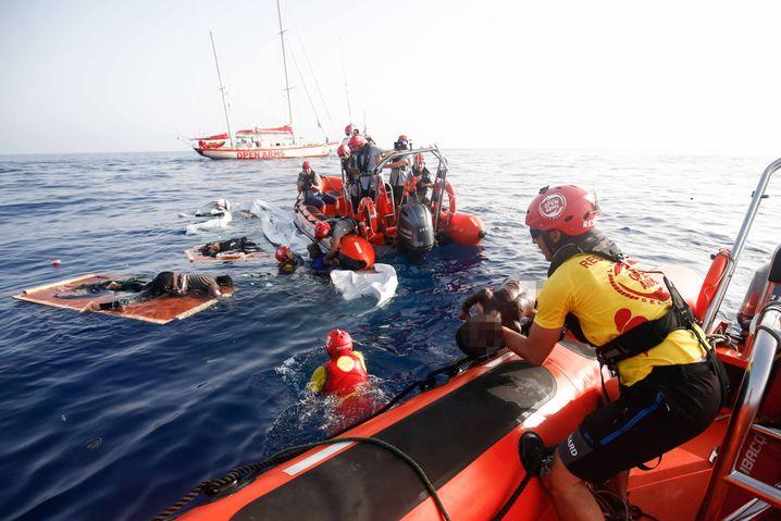 Mitglieder der spanischen NGO Proactiva Open Arms bergen die Leiche eines Flüchtlingskindes