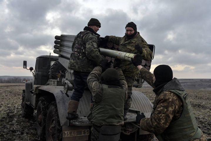 Außerhalb von Debalzewe, Ostukraine: Ukrainische Soldaten munitionieren einen Raketenwerfer