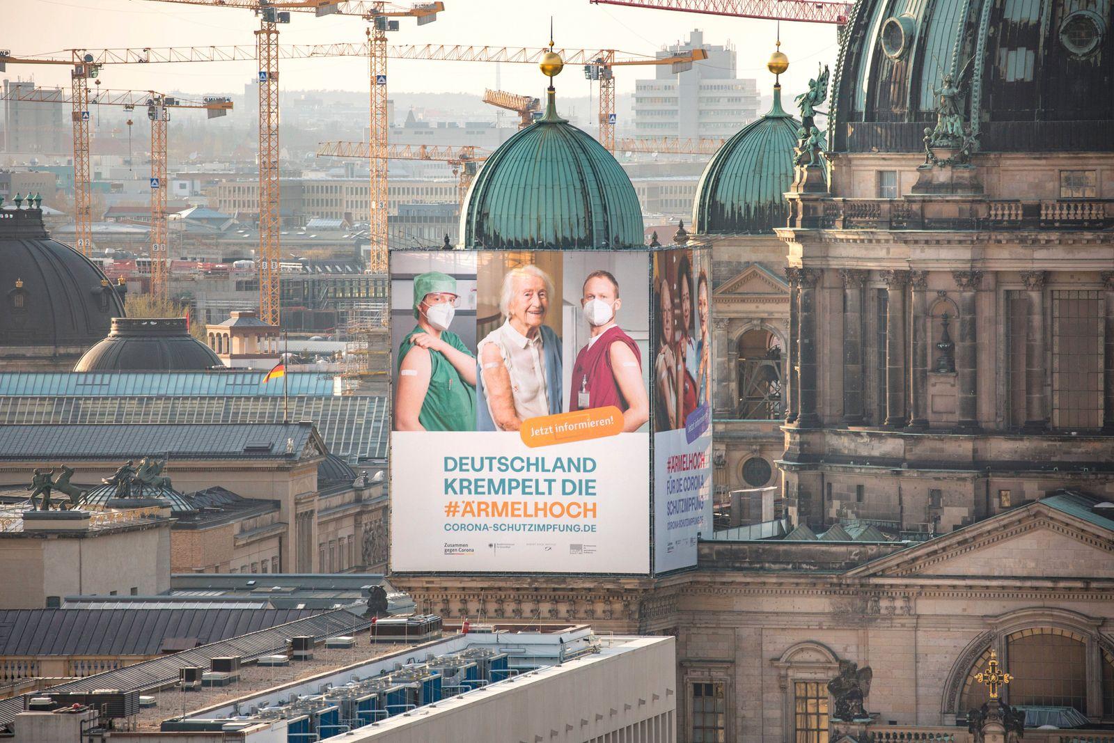 Plakat zur Impfkampagne der Bundesregierung für die Corona Schutzimpfung am Berliner Dom 17.04.2021, Berlin, GER - Plaka
