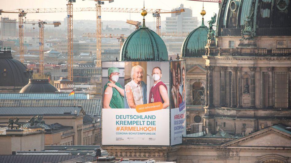 Werbeplakat zur Impfkampagne am Berliner Dom: Es gibt keine Impfprämie. Keine staatliche Impflotterie. Keinen Krankenversicherungsrabatt.