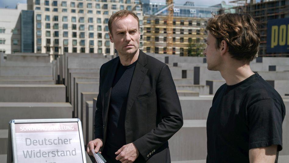 Topographie des Erinnerns: Kommissar Karow (Mark Waschke, l.) mit dem Enkel des Mordopfers (Leonard Scheicher) am Stelenfeld