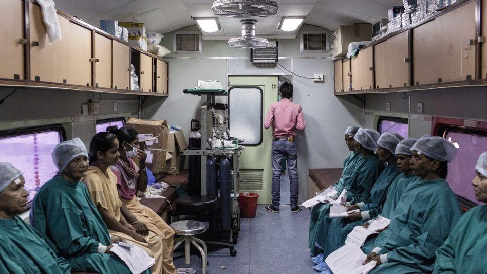 Wartende Kranke im Lifeline Express: Angenehme Kühle