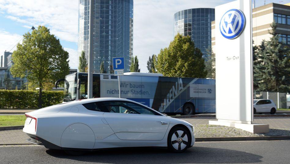 Ein VW-XL1 vor dem VW-Werksgelände