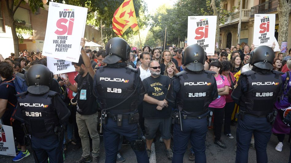 Polizisten und Demonstranten in Barcelona