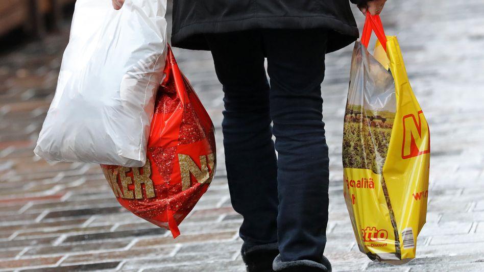 Einkauf mit Kunststofftüte: Künftig sollen Verbraucher zu Papp- und Mehrwegtüten greifen