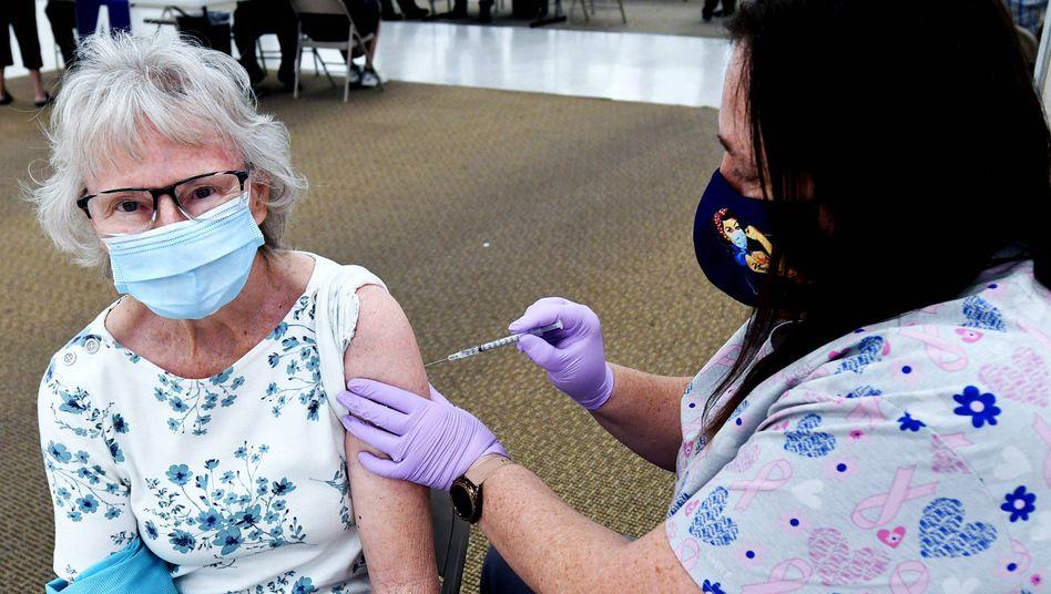 Eine US-Bürgern erhält eine Impfung