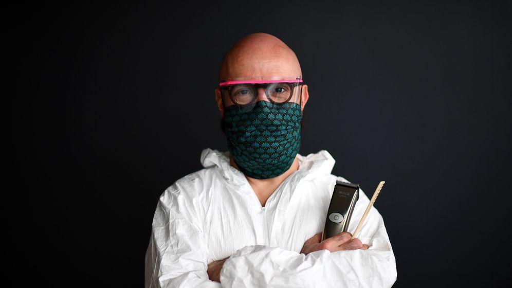 Ein Friseur in Paris zeigt seine neue Arbeitskleidung