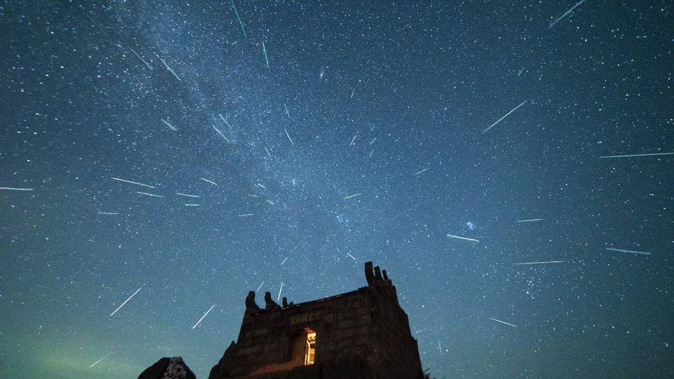 Perseiden über dem Berg Yuhua in China: Mit etwas Glück lassen sich auch sogenannte Feuerkugeln beobachten
