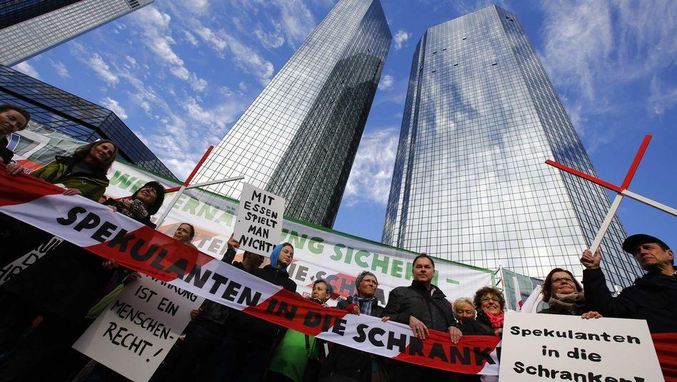 """Demonstranten im Frankfurter Bankenviertel: """"Mit Essen spielt man nicht"""""""