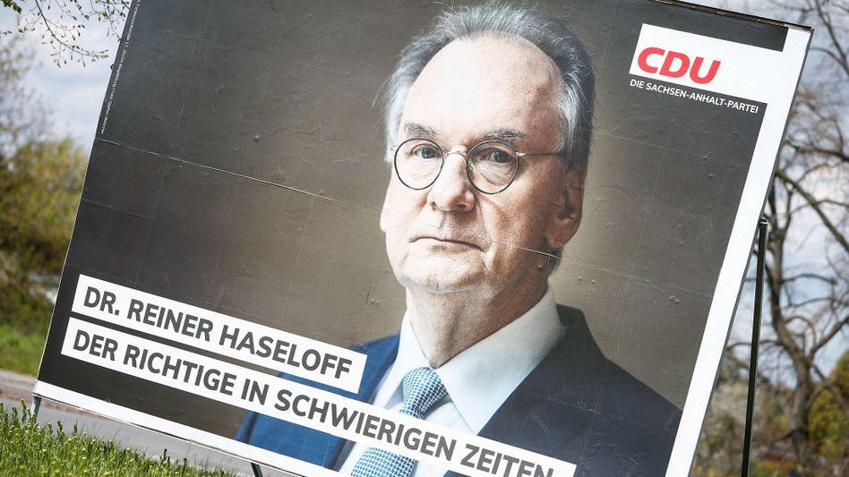 Ministerpräsident und CDU-Spitzenkandidat in Sachsen-Anhalt, Rainer Haseloff, auf einem Wahlplakat