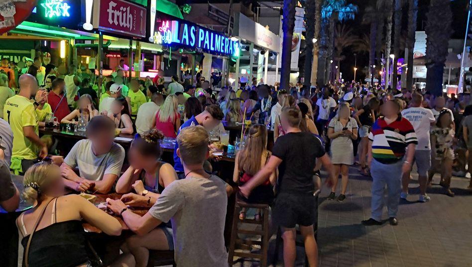 Anfang Juli feierten viele Urlauber auf Mallorca - ohne Abstand und Maske
