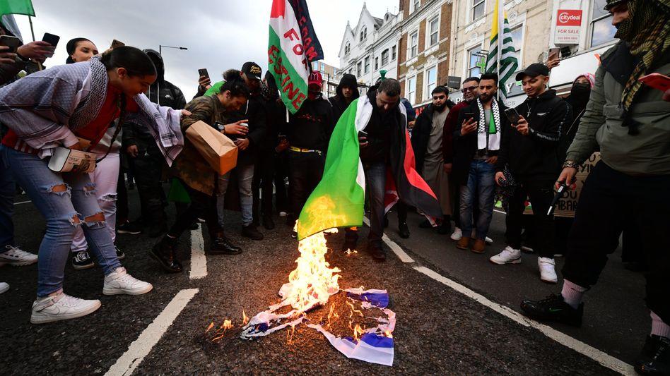 Protest in London (am 22. Mai): Demonstrierende verbrennen eine israelische Flagge