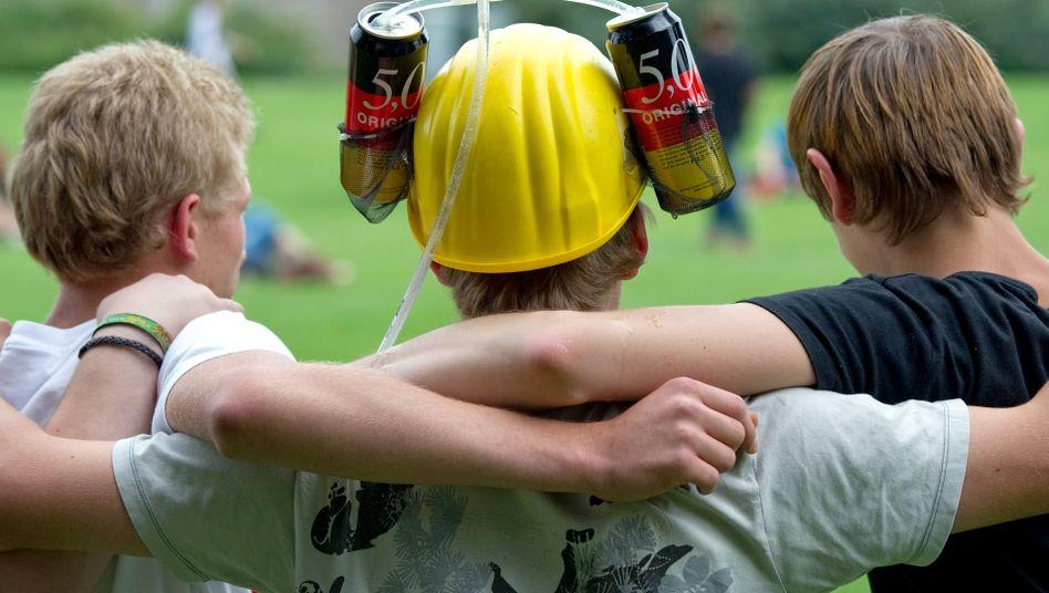 Jugendliche nach dem Fußballspielen: Alkohol und Sport gehören oft zusammen