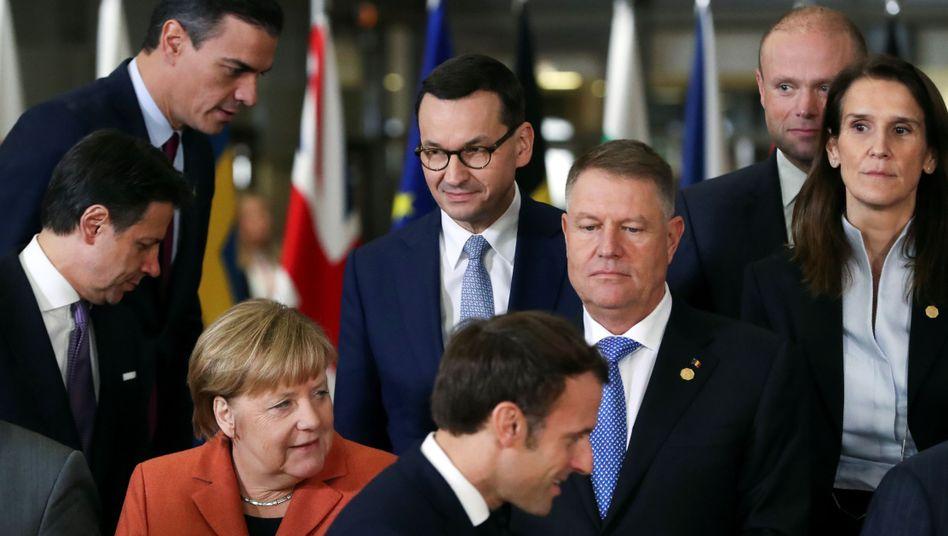 Giuseppe Conte, Angela Merkel und Emmanuel Macron beraten am Rande des EU-Gipfels über die Situation in Libyen