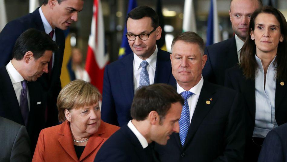 Bundeskanzlerin Merkel (l.), französischer Präsident Macron (r.) und andere Regierungschefs (Archivbild): Streit in Europa