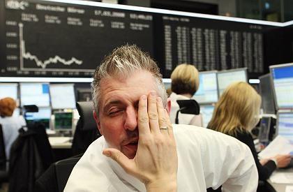 Wertpapierhändler in Frankfurt: Nach den Investmentbanken sind jetzt die Hedgefonds dran.