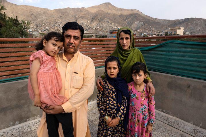 Der frühere Übersetzer für die US-Armee, Mohammed Arif Ahmadzai, mit seiner Familie in Kabul – auch sie warten noch auf ein Spezialvisum, um in die USA ausreisen zu dürfen