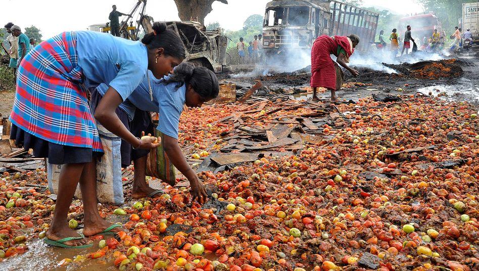 Dorf Bundu bei Ranchi (Indien): Menschen suchen nach Essbarem an einer Straße, an der zuvor Lkw in Brand gesteckt worden waren