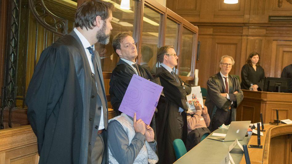 Vor Gericht: Die Angeklagten mit ihren Anwälten (Archivbild)