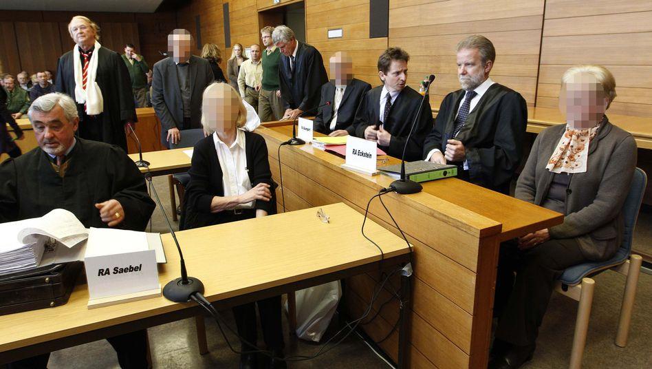 Verurteilte Rentner (mit Verteidigern): Zwischen 18 Monaten und sechs Jahren Haft
