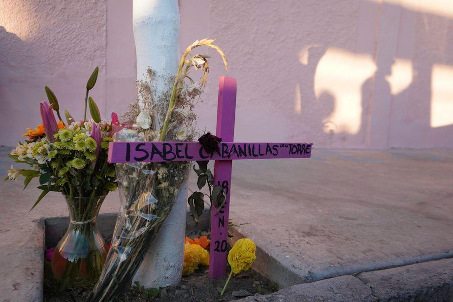 Dort, wo die Künstlerin starb, haben Freunde und Aktivisten ein Kreuz aufgestellt und Blumen niedergelegt
