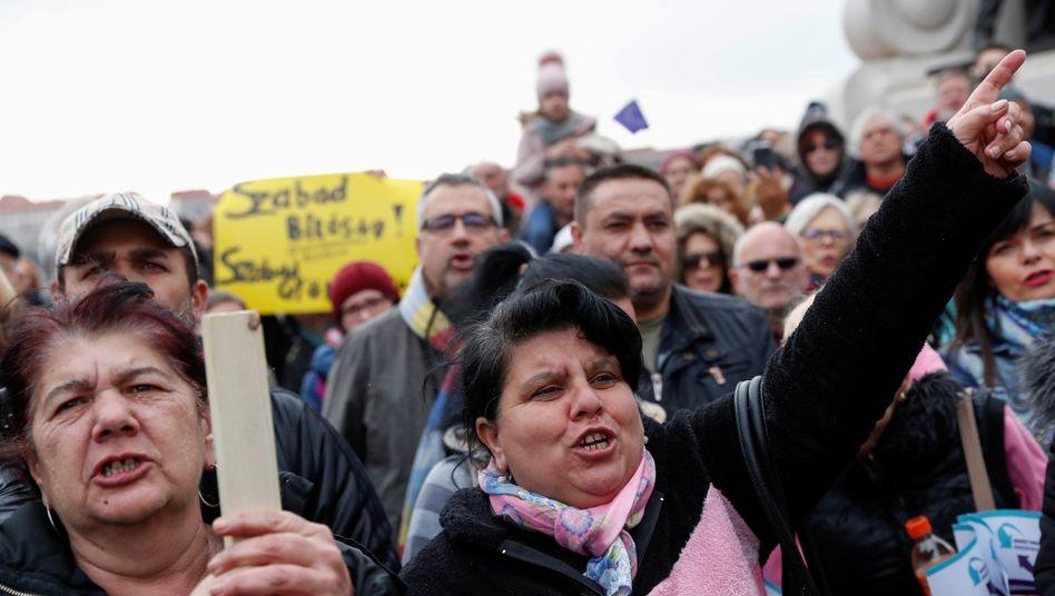 Menschen demonstrieren in Budapest gegen die Benachteiligung von Schulkindern (Archivbild)