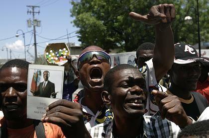 Demonstranten verlangen vor dem Parlament die Absetzung des Ministerpräsidenten: Hungerevolte in Haiti