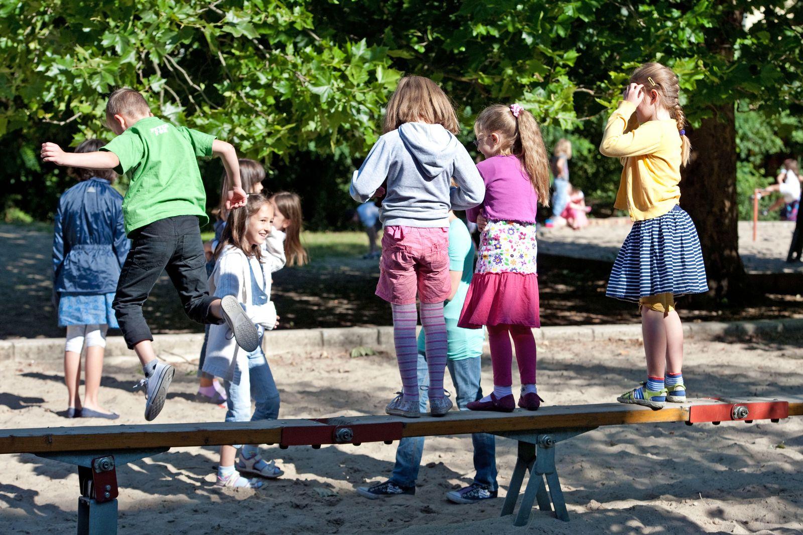 Spielende Kinder / Schulhof / Lachen