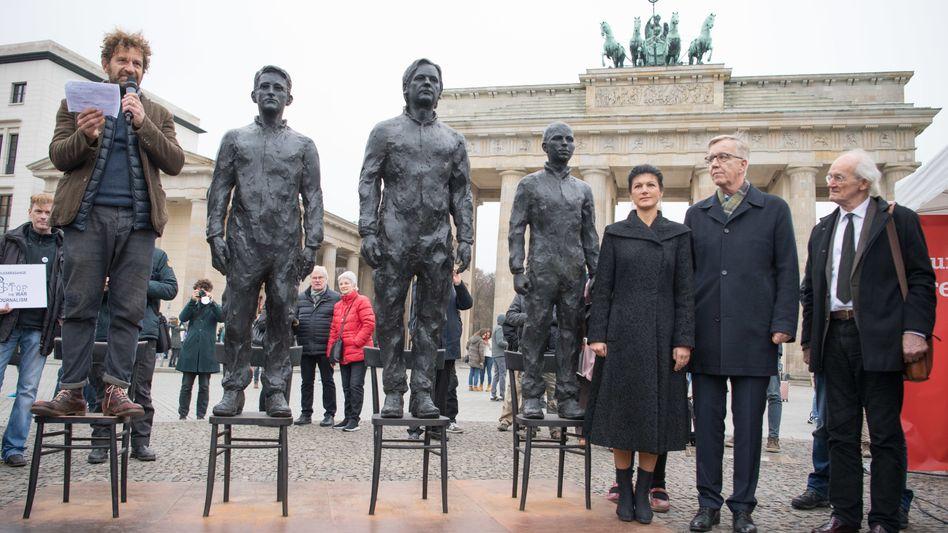 Bronzeskulpturen zeigen Edward Snowden, Julian Assange und Chelsea Manning (r.)