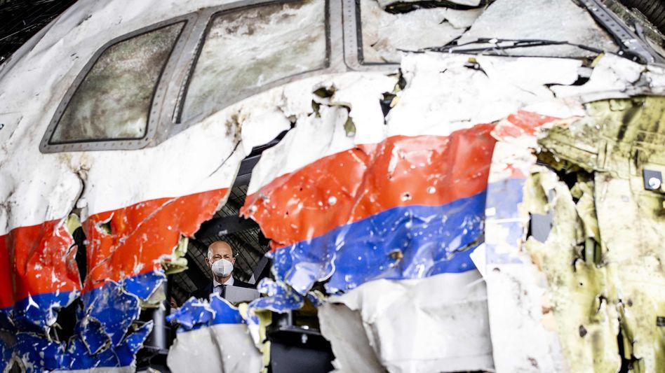 Der vorsitzende niederländische Richter Hendrik Steenhuis begutachtet rekonstruierte Trümmer des abgeschossenen Flugzeugs
