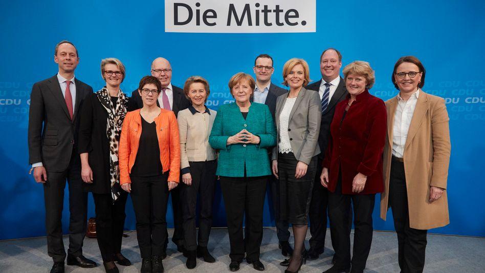 Merkel (m.) mit den CDU-Ministern und Staatssekretären im Kabinett einer möglichen neuen Großen Koalition