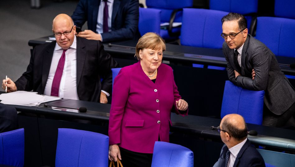 Kanzlerin Merkel im Bundestag mit ihren Ministern Altmaier, Maas und Scholz