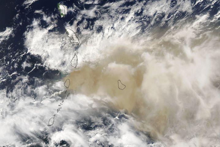 Die Aschewolke erreicht die östlich gelegene Nachbarinsel Barbados (hier im Bild rechts der Inselkette)