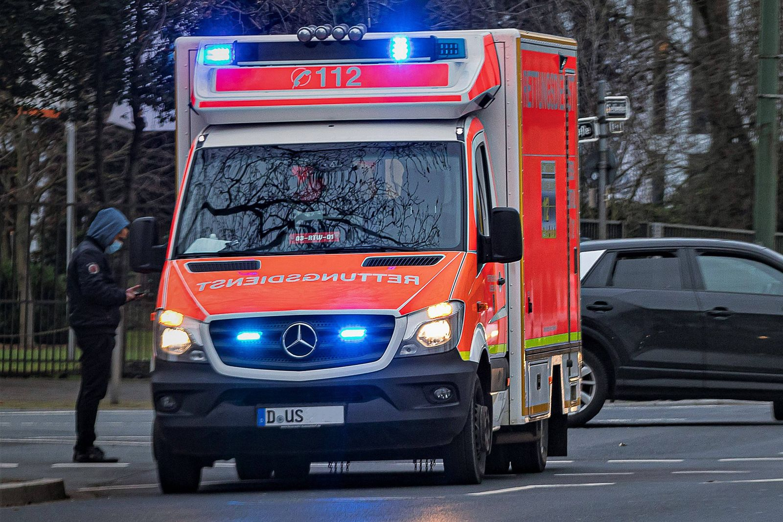Duesseldorf, Deutschland 20. Januar 2021: Ein RTW, Rettungswagen bei einem Einsatz auf der Cecilienallee in Düsseldorf.