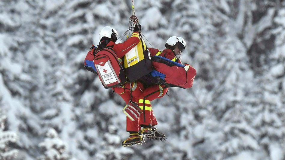 Skifahrer wird nach einem schweren Sturz geborgen.
