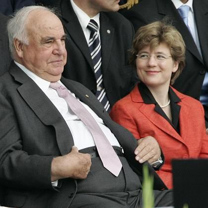 Helmut Kohl at a ceremony in July 2007 with his partner Maike Richter, whom he plans to marry.