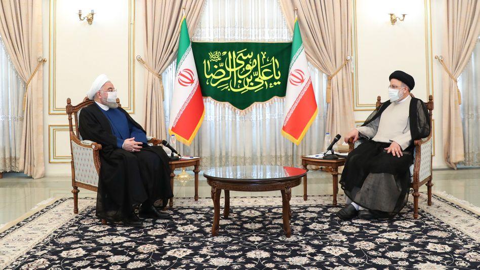 Der scheidende Präsident Hassan Rohani (l.) trifft den gewählten iranischen Präsidenten Ebrahim Raisi: Wie geht es weiter mit dem internationalen Atomabkommen?