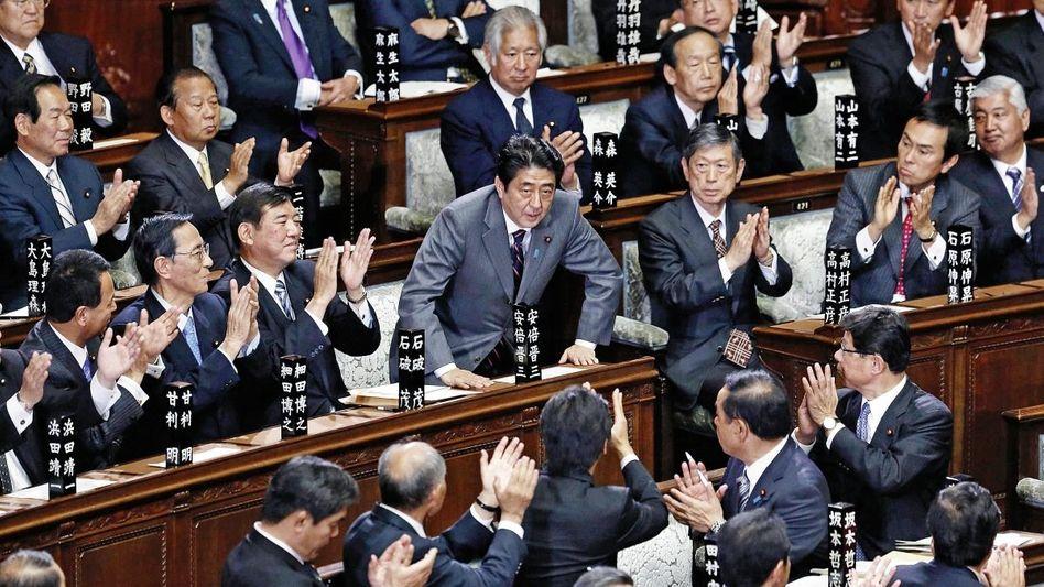 Premier Abe (M.) nach seiner Wahl am 26. Dezember: »Als ob ein Autofahrer, der auf eine Wand zusteuert, noch einmal richtig Gas gibt«