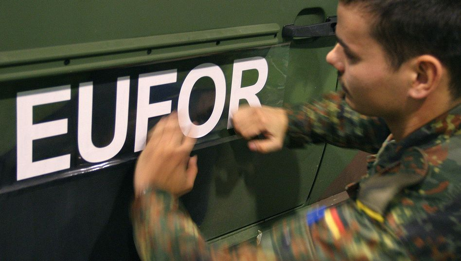 Bundeswehrsoldat beklebt ein Fahrzeug: Die Soldaten dürfen zurück nach Deutschland