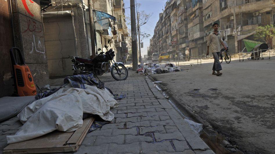 Zugedeckte Leiche in Aleppo: Zahl der Toten in Syrien steigt immer weiter